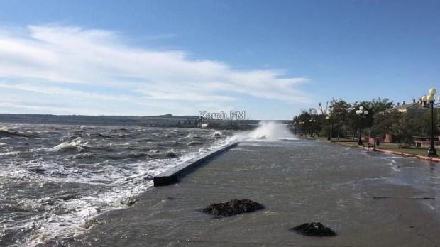 Шторм в Керчи: волны затопили часть городской набережной
