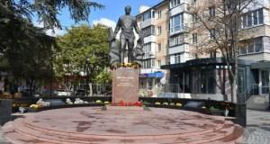 «Мы помним и гордимся!» - в Симферополе почтили 101 годовщину со дня рождения Амет-Хана Султана
