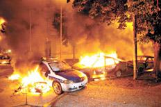Los vecinos quemaron patrulleros y tiraron piedras contra la comisaría.
