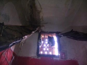 El techo se cae sobre los detenidos.