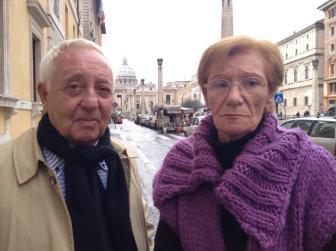 El abogado y la madre de Saldaño tras la audiencia con el Papa.