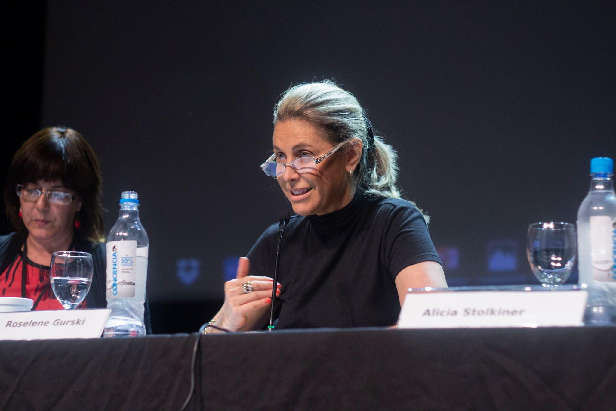 [10:12, 27/12/2018] Tamara Smerling: Rose Gurski en el IV Coloquio / VI Simposio RESISTIDAS Y DESAFIADAS Las prácticas en instituciones entre demandas, legalidades y discursos que se realizó el 12, 13 y 14 de Noviembre de 2018 en FLACSO. [10:13, 27/12/2018] Tamara Smerling: organizado por el Programa de Psicoanálisis y prácticas socioeducativas del Área Educación de la FLACSO Argentina y la Red Internacional Interuniversitaria INFEIES (Infancia e Instituciones).
