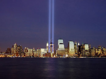 "Gedenken an den 11. September 2001 – ""Tribute in Light"" am Ground Zero (2004) Quelle: http://commons.wikimedia.org/wiki/File:Wtc-2004-memorial.jpg (Photo by Derek Jensen (Tysto), 2004-September-11)"