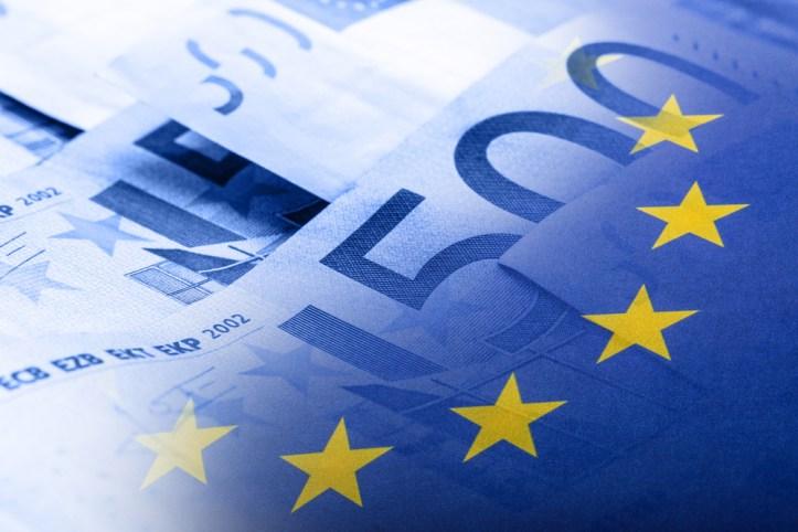 União Europeia - Opinião Cryptocoins &quot;width =&quot; 723 &quot;height =&quot; 482 &quot;data-recalc-dims =&quot; 1 &quot;/&gt; </p> <p> O relatório, intitulado &quot;Moedas virtuais e política monetária dos bancos centrais: desafios futuros&quot;, foi fornecido pelo Departamento de Políticas A, a pedido do referido comitê. </p> <p> Os autores do relatório, Marek Dabrowski e Lukasz Janikowski, do Centro de Pesquisa Social e Econômica, consideram as criptomoedas ou moedas virtuais (VC) como uma &quot;forma contemporânea de dinheiro privado&quot;. </p> <p> Fazendo referência à deficiência anterior de dinheiro privado no passado, os pesquisadores reconhecem que as propriedades tecnológicas das moedas digitais, como o Bitcoin, por exemplo, fazem dele um meio de pagamento &quot;relativamente seguro, transparente e rápido&quot;. No entanto, suas propriedades &quot;anônimas&quot; e &quot;transfronteiriças&quot;, sem dúvida, representam um desafio para os reguladores financeiros. </p> <p> &quot;Ao contrário de seus antecessores nos jornais dos séculos XVIII e XIX, as criptomoedas são usadas globalmente, independentemente das fronteiras nacionais&quot;, diz o relatório. </p> <p> Não se espera que as criptas desapareçam em breve, particularmente devido à sua natureza descentralizada e apolítica. Além disso, os autores pedem aos economistas que não minimizem o potencial disruptivo dessa nova tecnologia. </p> <div class=
