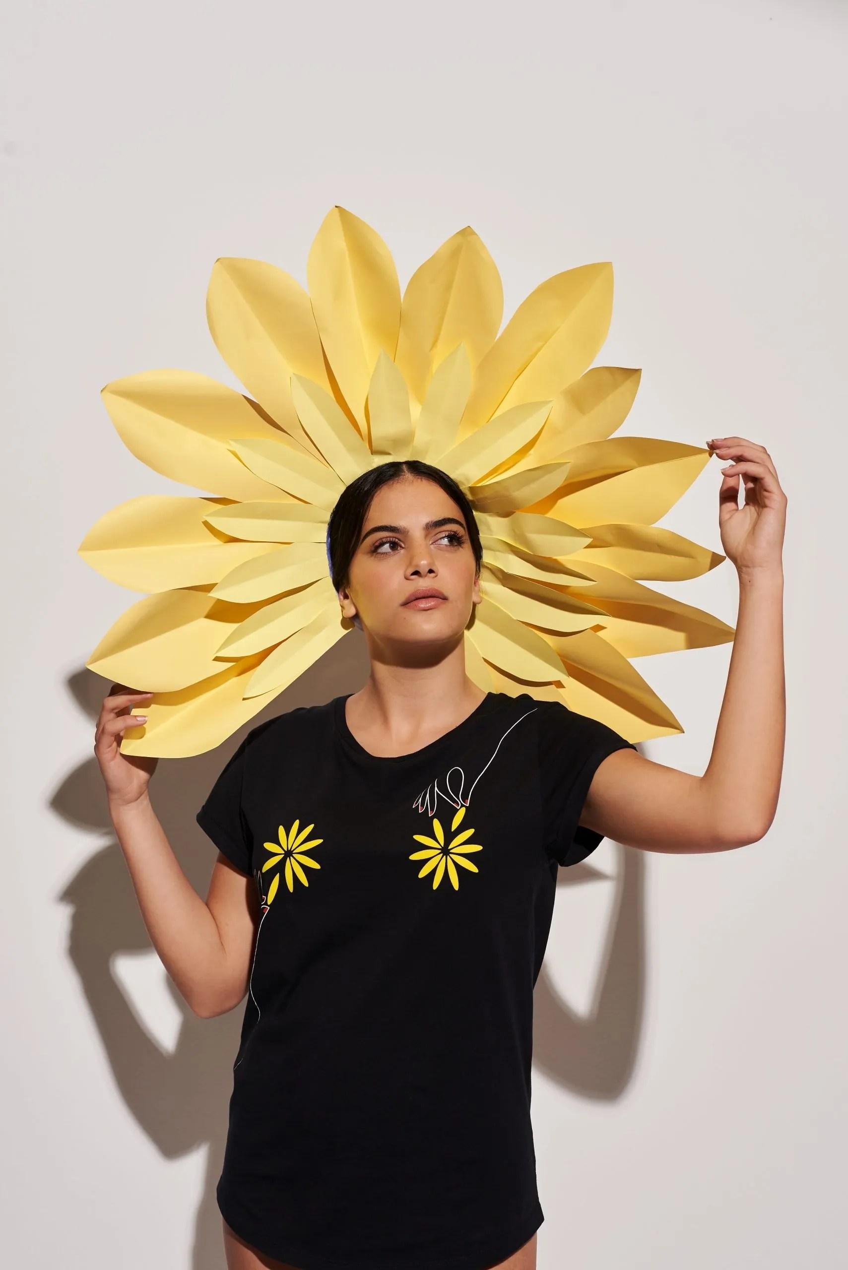 Camiseta Negra Algodón Orgánico Flores Crisálida1