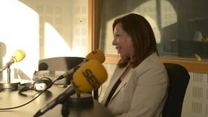 Fotografía de Cristina en un estudio de radio