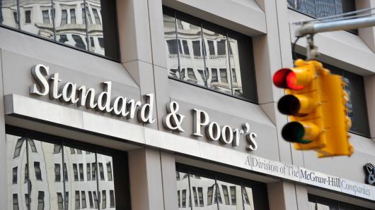 Η S&P αναβάθμισε σε «θετικό» το ελληνικό outlook
