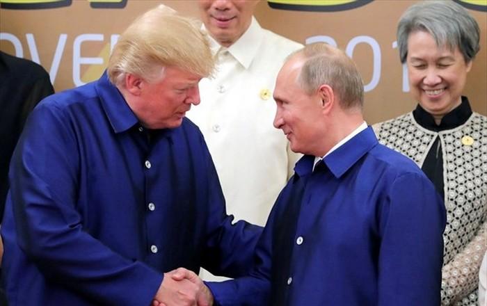 Μια χειραψία και κάποιες φράσεις αντάλλαξαν Πούτιν και Τραμπ στο Βιετνάμ