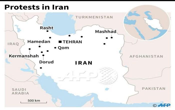 Επικίνδυνη εκτροπή στο Ιράν: Δέκα νεκροί, ένοπλους διαδηλωτές βλέπουν τα κρατικά media