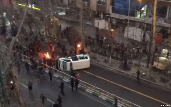 22 νεκροί στο Ιράν: Τραμπ, Πενς σε ρόλο εμπρηστή, μουδιασμένη Ευρώπη