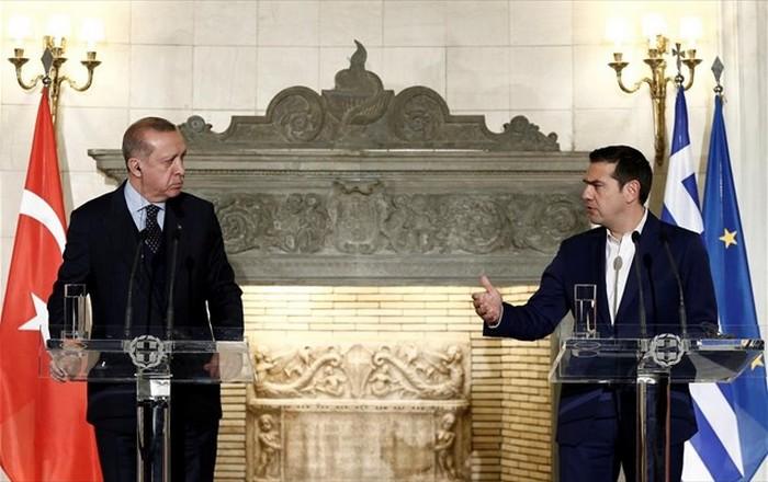 Ο Ερντογάν απειλεί τουρισμό και «καθαρή έξοδο», με προσφυγικό και ένταση στο Αιγαίο