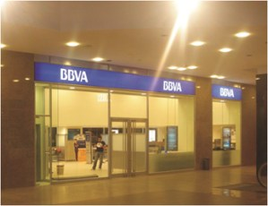 fachada bancaria con cristal laminado
