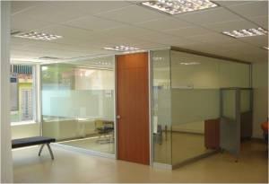 Divisiones de oficina piso techo, media altura, cristal laminado, cristal templado, cristal con serigrafía, sistemas en aluminio y acero inoxidable, madera, tipos de señalización por medio del uso de películas y vinilos decorativos.