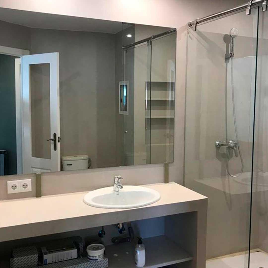 Baño completo con mampara y espejo
