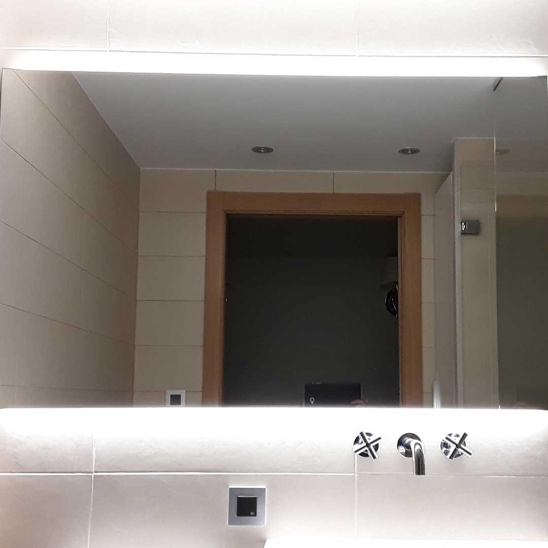 Espejo con luz retroiluminado por Cristalsina