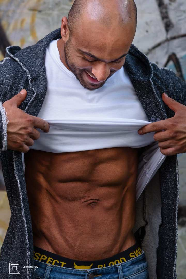 Outdoor portrait of a bodybuilder showing off his abs, by the Tokyo Photographer Cristian Bucur