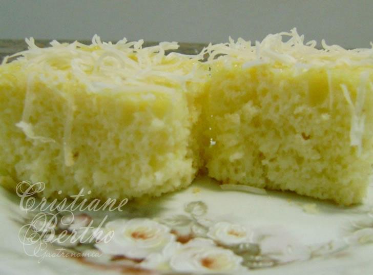 Receita de bolo preparado com iogurte coberto com flocos de coco e leite condensado