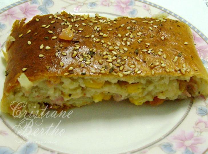 receita de pão preparado enrolado com recheio de pizza