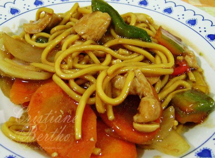 receita de yakissoba preparado com legumes frescos e frango