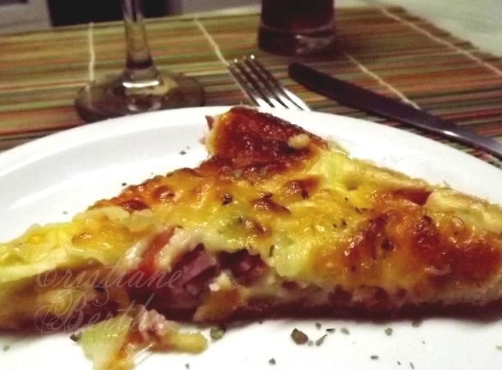 receita de pizza preparada no liquidificador com queijo muçarela, presunto