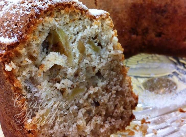 receita de bolo preparado com maçã com casca e uva-passa