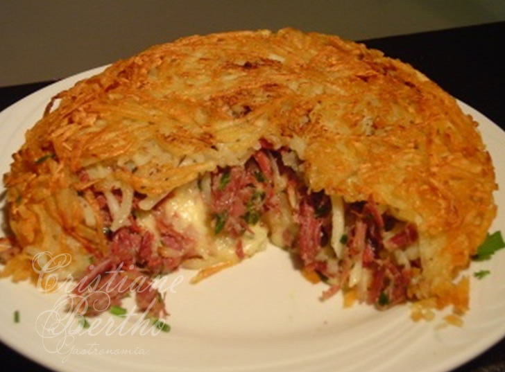 Receita de batata rostie preparada com carne seca e queijo cremoso.