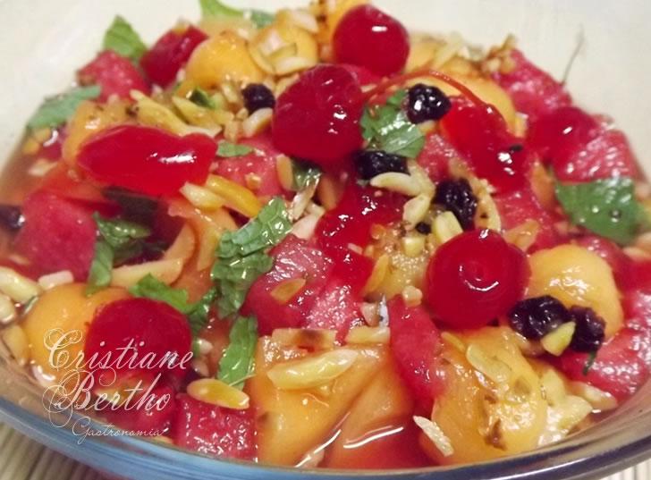 Salada de Frutas servida com Mel e Hortelã