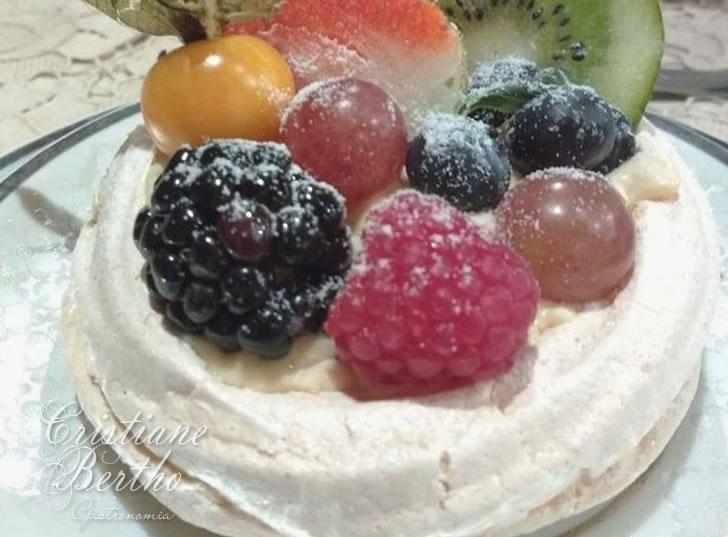 Receita de pavlova ou merengue recheado com creme de confeiteiro e frutas frescas