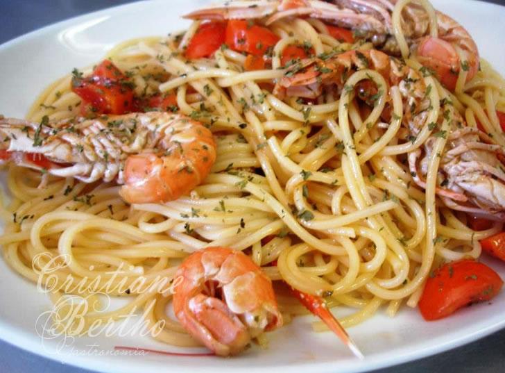 Receita de espaguete preparado com camarão ao alho e óleo