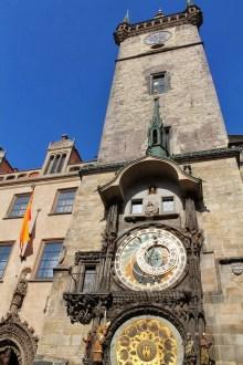 A antiga Torre da prefeitura de Praga e o seu relógio astrônomico.