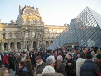 Multidão reunida para entrar no Museu do Louvre.