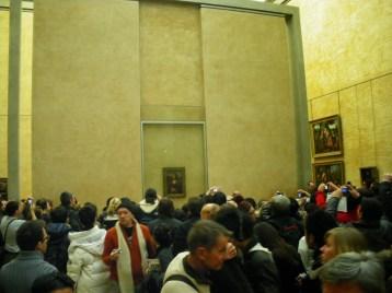 Multidão reunida para tirar foto da Mona Lisa