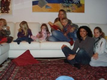 Momento leitura da festa infantil. As crianças super concentradas e empolgadas com a historinha.
