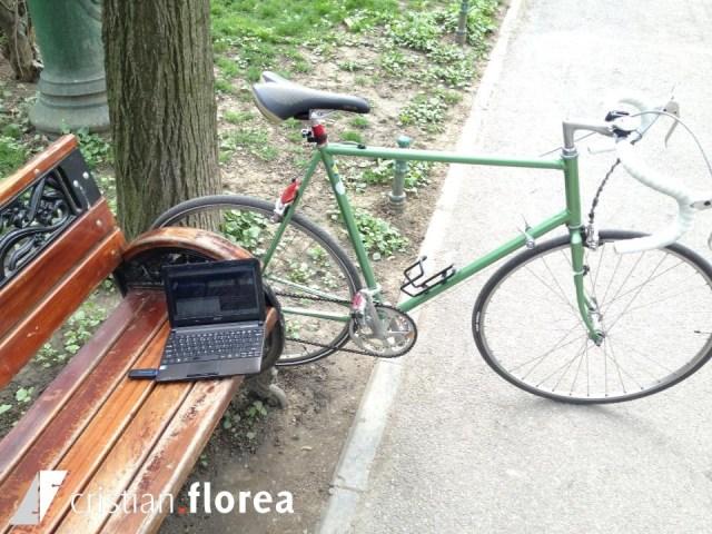 cu bicicleta si laptopul in parc