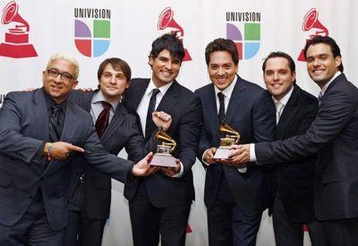 Latinos famosos se unen para cantar temas navideños