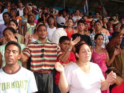 Inusual culto público en Cuba en estadio y por televisión