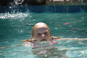 copil-in-piscina