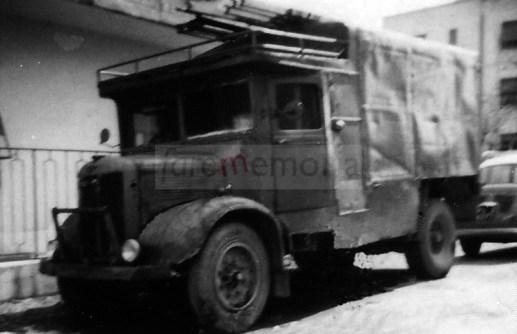 Un'ambulanza Austin trasformata in furgone per mercati