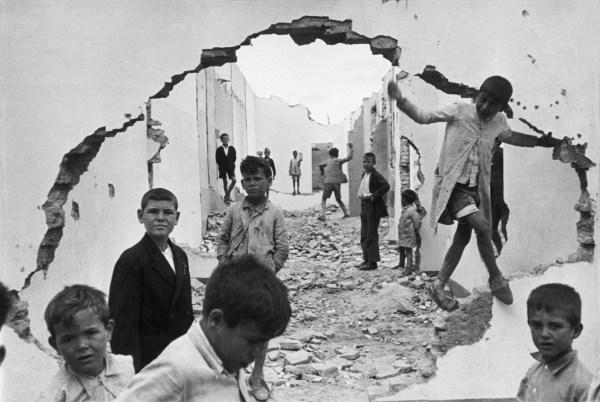 cristinaarce_biography_master_photographer_bresson13_seville_spain_1944_wall_hole_children