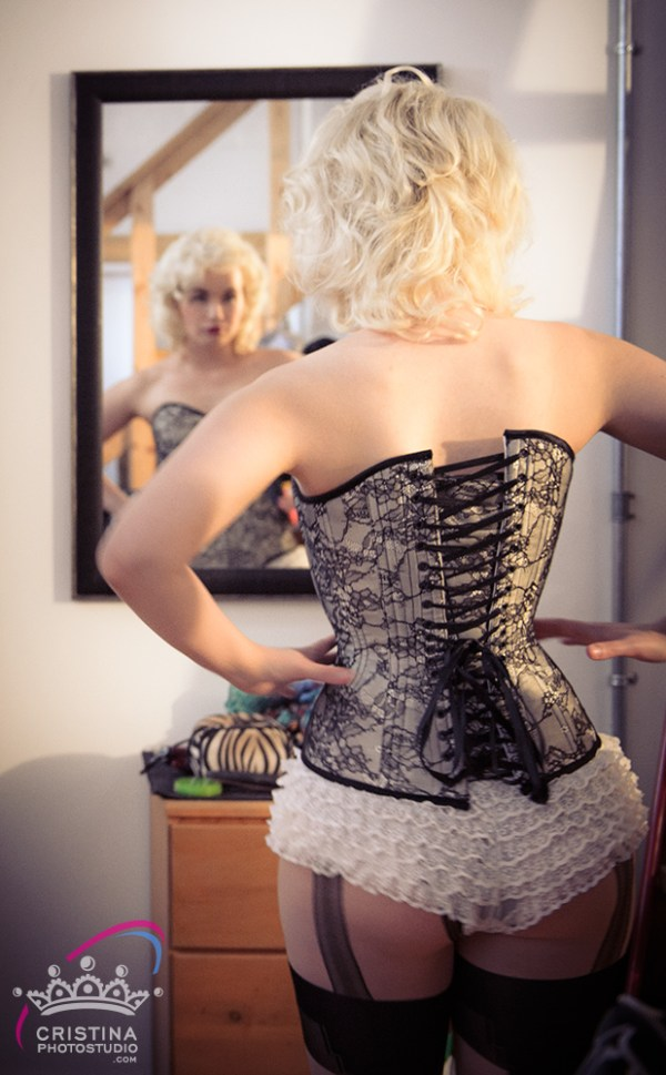 cristinaarce_cristinaphotostudio_behind_scenes_boudoir_pinup_photoshoot_corsetry03