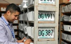 Los dueños de vehiculos ya no saben donde será el lugar para recibir las placas de sus vehiculos.