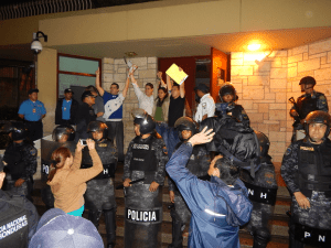 Los coordinadores de los jóvenes indignados  cuando fueron recibidos por el embajador james Nealon de los EE UU.