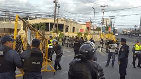 Agentes policiales procedieron al desalojo de la vía.