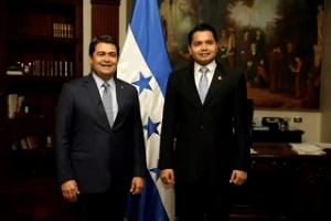 Luis Colindres,  en compañía del presidente Hernández el día de su juramentación.