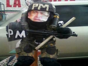 Con este peculiar muñeco militar, los manifestantes parodiaron el presidente Juan Hernández.