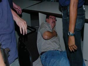En el 2006, Kilgore se metió dejabo de una mesa al ser arrestado por agentes de la DGIC.