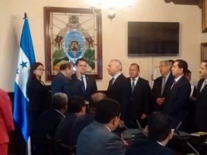 El titular del Congreso Nacional, Mauricio Oliva al momento de juramentar la junta nominadora para elegir la nueva Corte Suprema de Justicia.