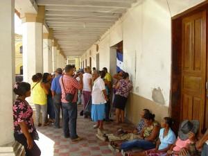Los trabajadores y trabajadoras se tomaron los corredores de la municipalidad.  municipalidad