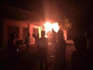 La posta policial frente al parque de San Marcos fue incendiada por los pobladores.