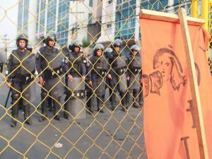Los policías y militares andaban con sus armas, con toletes y bombas lacrimógenas y dicen ser los agredidos